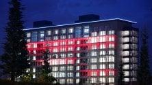 Gioco di luci e colori sulla facciata del 'Rasoio'