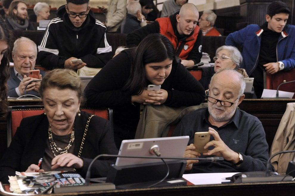 Alleanza tecnologica a Milano: i ragazzi insegnano agli over 60 tutti i segreti dello smartphone, delle app e dei social