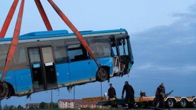 Autobus pieno di ragazzini finisce fuori strada a Besate per evitare un'auto: stanno bene, ma è maxi emergenza per i soccorsi  ·    Video     · Foto