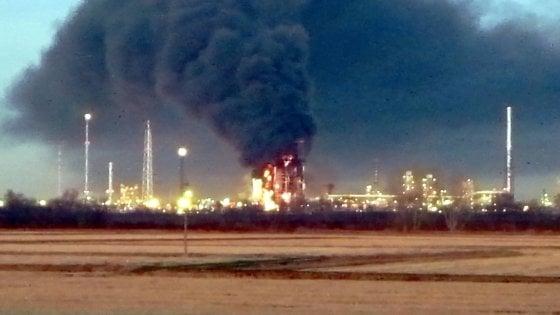 """Maxi incendio nella raffineria del Pavese, indagati tre manager Eni: """"Omesse le procedure per impedire le fiamme"""""""