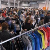 Tremila giovani al mercato degli abiti usati: