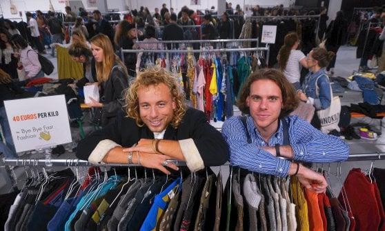 """Tremila giovani al mercato degli abiti usati: """"Così aiutiamo il mondo a salvarsi"""""""