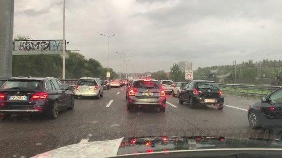 Maltempo a Milano: allagati sottopassi e scantinati per la pioggia intensa. Cinque scuole chiuse