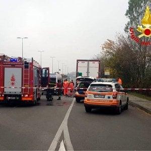Incidenti stradali, sulla Tangenziale Est di Milano scontro auto-tir: due persone morte