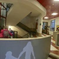 E' morto il bambino precipitato a scuola cadendo dalle scale: si indaga