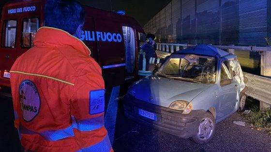 Caccia al tir pirata sulla A4: tampona e schiaccia contro il guardrail auto con due ventenni e scappa
