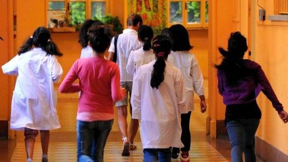 Maestra denuncia maltrattamenti in famiglia su una sua alunna, la preside la sospende: il caso a Pavia