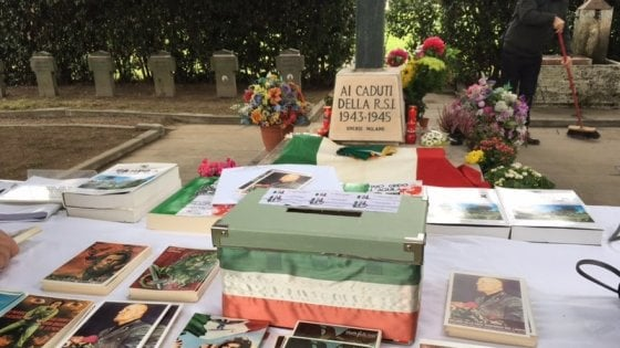 Caduti della Rsi, repubblichini e neofascisti al Campo 10 di Milano con il banchetto di ricordi del Duce