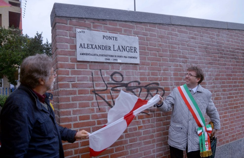 """Milano, sulla Darsena la passerella intitolata ad Alexander Langer, il """"costruttore di ponti fra le comunità"""" - La Repubblica"""