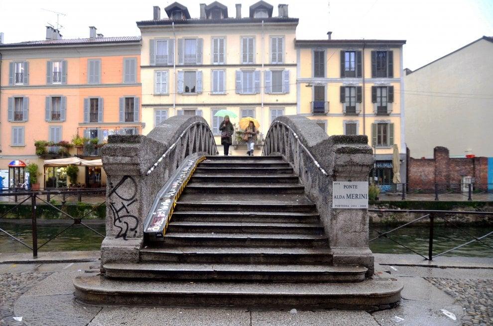 Il Ponte Alda Merini sul Naviglio Grande di Milano: da oggi è intitolato alla poetessa scomparsa dieci anni fa - La Repubblica