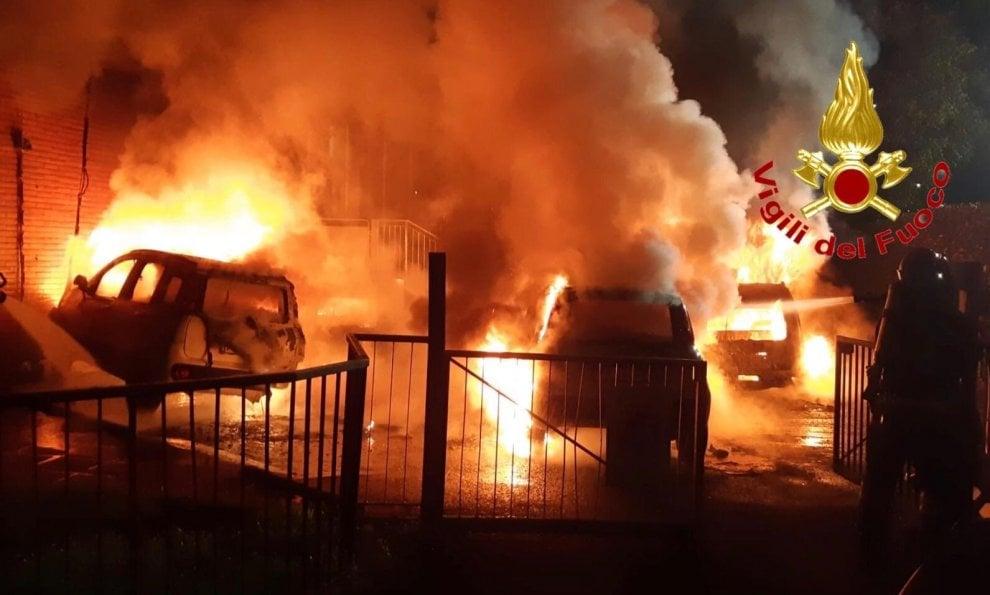 Milano, incendio nella notte: distrutte cinque auto MM