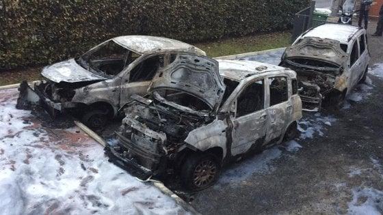 Incendio nella notte, distrutte le auto della società che gestisce le case popolari