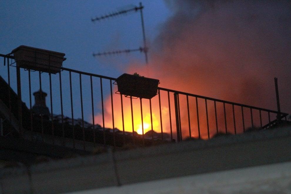 Milano, va a fuoco il tetto di una palazzina: paura in via Morimondo