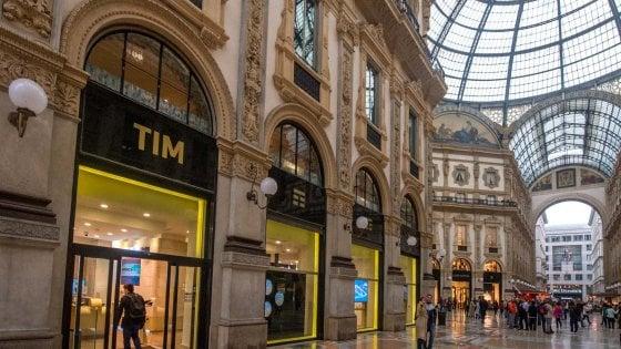 Armani si aggiudica l'asta per lo spazio Tim in Galleria: 1,9 milioni di affitto dopo 24 rilanci