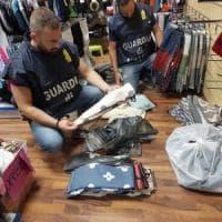 Vestiti di marca rubati venduti sulle bancarelle: la Gdf sequestra 1.700 capi nel Pavese