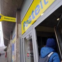 Varese, sottrae 1.500 euro a coppia di 80enni e gira i soldi a suo figlio: denunciata impiegata delle Poste