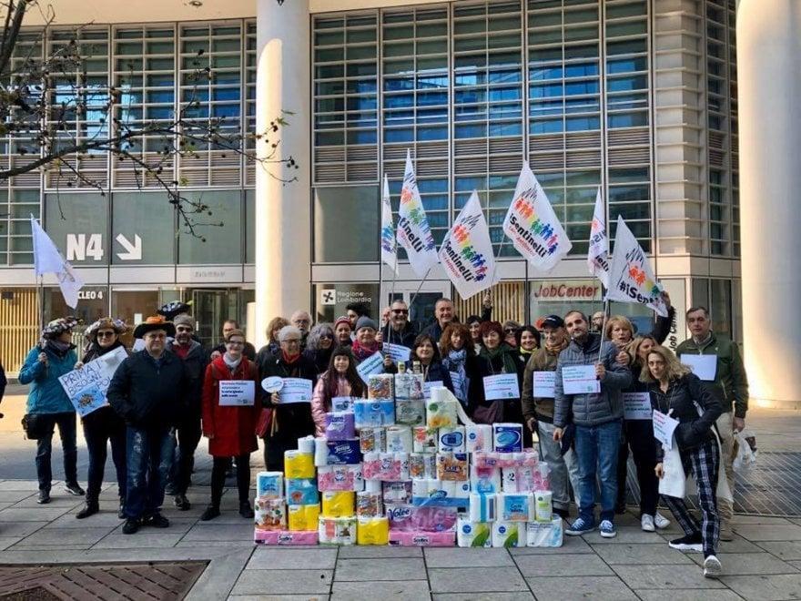 """""""Presepe a scuola? Con i soldi pubblici compriamo la carta igienica"""": la protesta dei Sentinelli contro Regione Lombardia"""