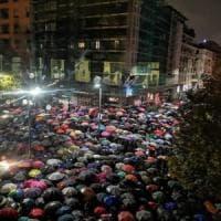 Milano, folla al presidio per Liliana Segre: in 5 mila sotto la pioggia