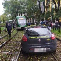 L'auto della Guardia di Finanza finisce sulle rotaie del tram: circolazione in tilt per due ore a Milano