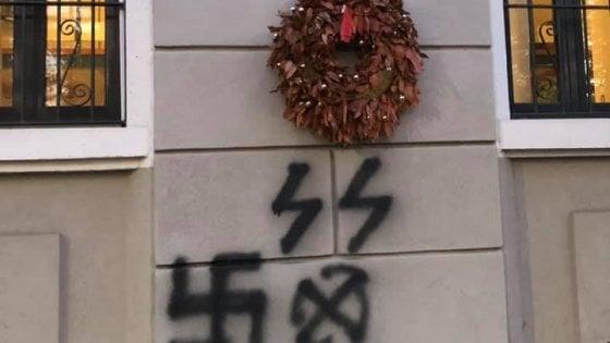 """Svastica e simbolo delle SS sulla lapide di un partigiano a Milano. Anpi: """"Individuare gli autori"""""""