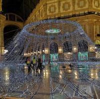 Grandi manovre per il Natale di Milano: in Galleria si montano le luminarie sulla cupola