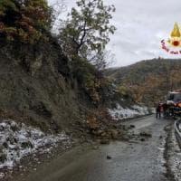 Maltempo, frana nell'Oltrepo pavese per le continue piogge: chiusa una strada
