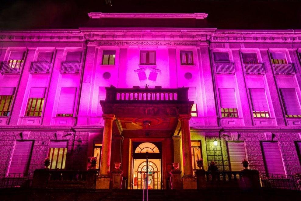 La Mangiagalli illuminata di viola per la giornata mondiale dei bambini prematuri