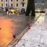 Vandali danneggiano l'albero di Natale a Cinisello: