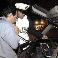 Milano, ubriaco al volante va contromano e aggredisce gli agenti: 25enne