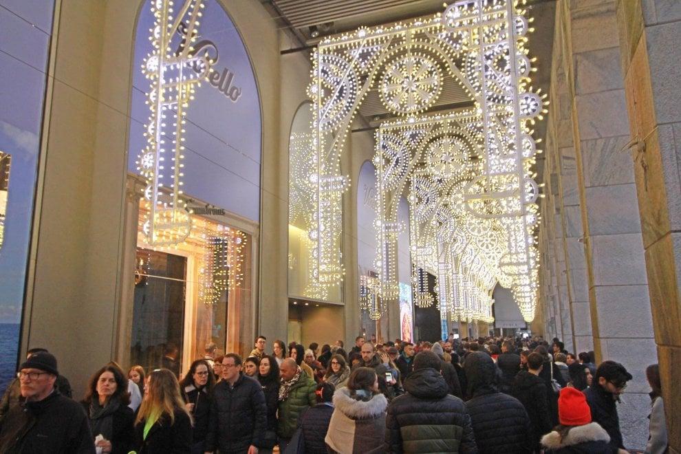 Natale, si accendono le luminarie della Rinascente in Duomo a Milano