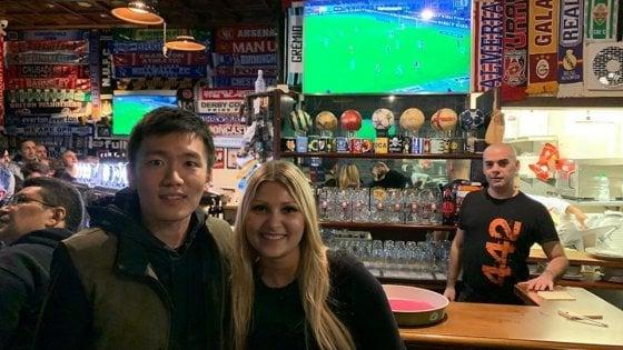 Milano, sorpresa al pub: il presidente dell'Inter guarda la partita con i tifosi