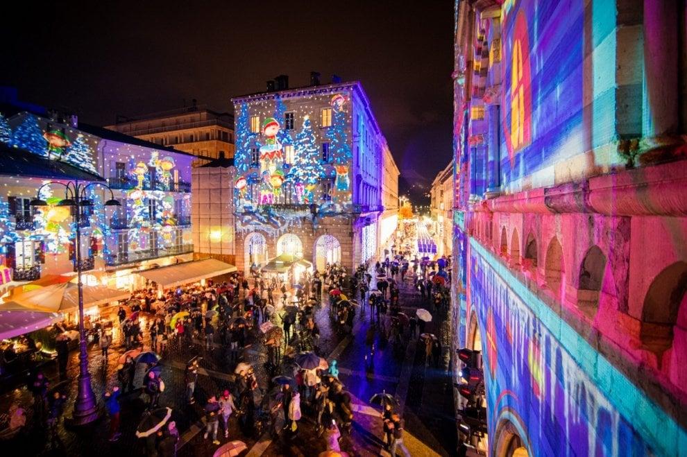 Proiezioni luminose sui palazzi, il Natale nelle strade di Como