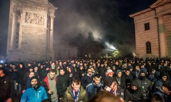 Milano, saluti romani e fumogeni: sfilano gli ultrà croati, aggrediti 4 tifosi bergamaschi, contuso un tredicenne