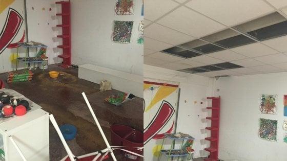Pannelli del controsoffitto che cadono e infiltrazioni: allarme al Pareto. Solo una scuola su tre di Milano ha meno di 43 anni