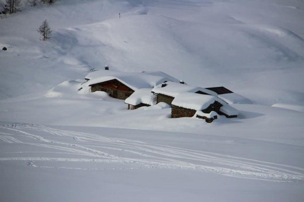 Una coperta bianca sulle case del villaggio: la magia della neve in Valtellina