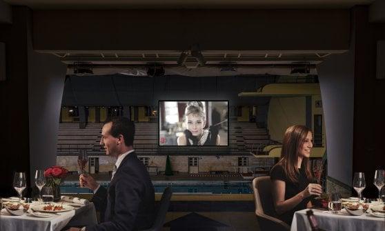 """Lo schermo """"nuota"""" in piscina: alla Cozzi di Milano arriva il cinema (con cena) sull'acqua"""