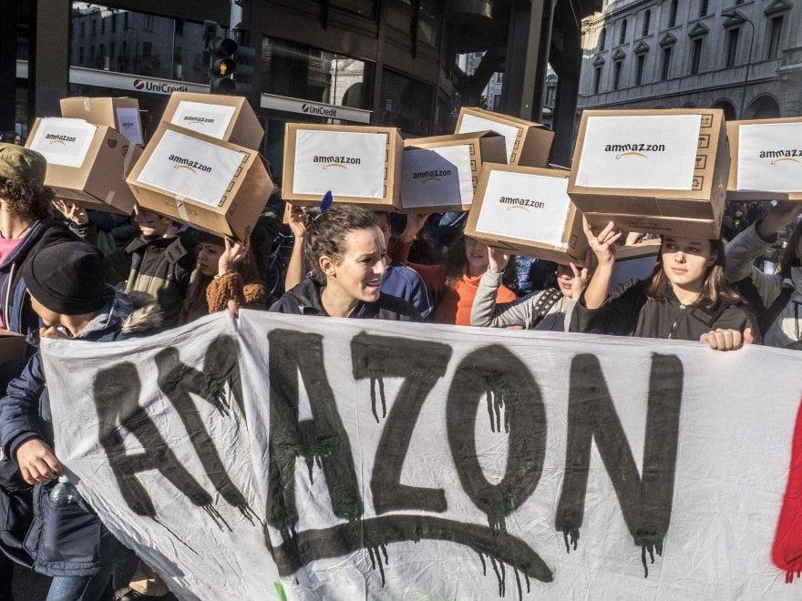 I Fridays for future in marcia a Milano: quarto sciopero globale per il clima