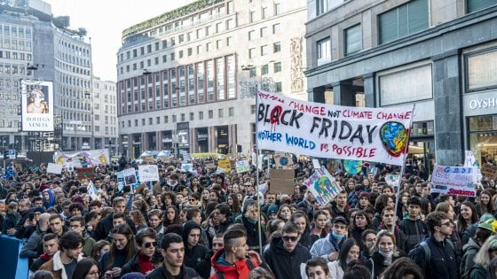 "A Milano lo sciopero del clima è ""Block Friday"": protesta con scatoloni davanti al negozio Amazon"