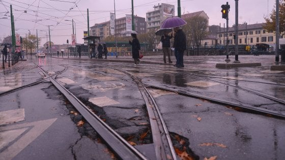 Maltempo a Milano, fioccano le segnalazioni di buche nelle strade: oltre 1700 interventi in 7 giorni