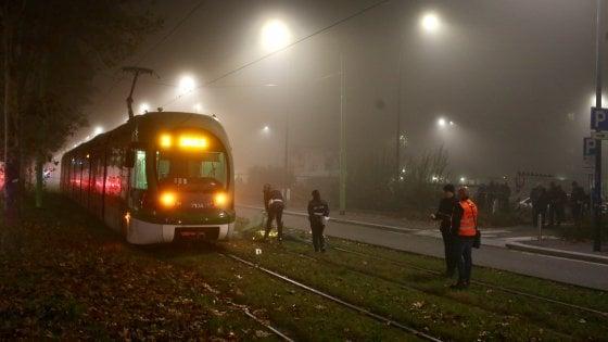 Travolto dal tram mentre attraversa i binari: morto un 45enne a Milano