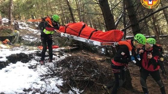 Cade in un dirupo in montagna e trova una donna ferita: il salvataggio nella Bergamasca