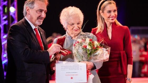 """Liliana Segre riceve la medaglia d'oro della Croce Rossa: """"Grazie per il vostro impegno di giusti"""""""