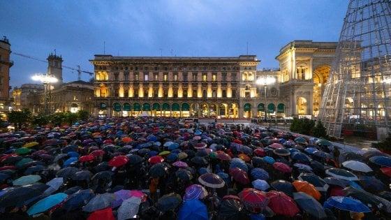 """Le Sardine nuotano e si prendono piazza Duomo: 25 mila sotto la pioggia per dire """"Milano non si lega"""""""