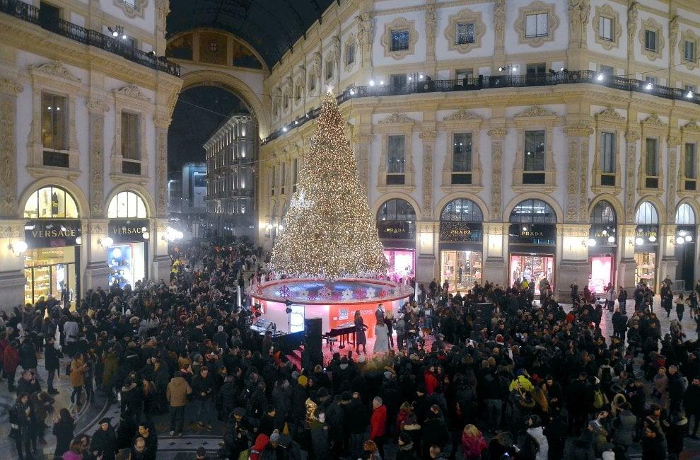 Brilla l'albero di Swarovski in Galleria: con Malika Ayane il Natale di Milano si avvicina