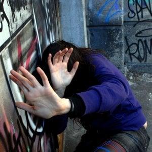 Milano, picchia la fidanzata per gelosia: arrestato per tentato omicidio