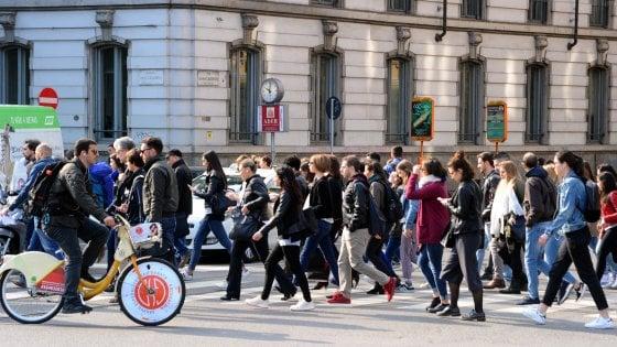 Lombardia, un paese per vecchi, giovani in fuga e culle vuote