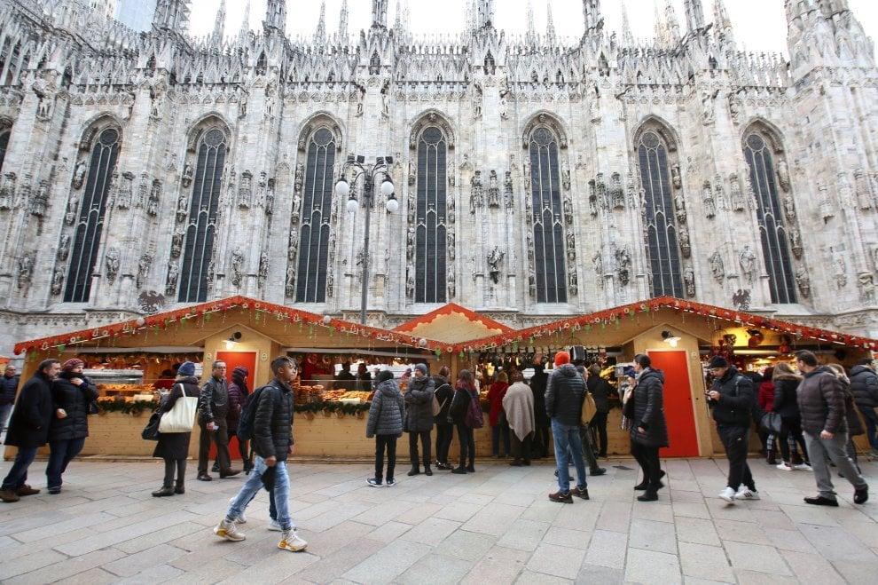 In piazza Duomo le baite del mercatino di Natale di Milano
