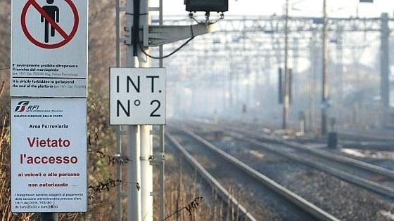 La fermata in stazione non è prevista, professore si piazza sui binari per bloccare il treno