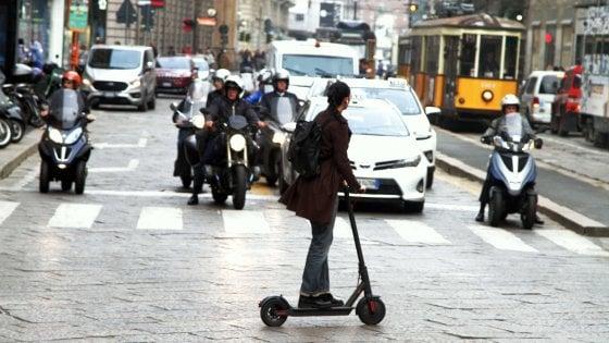 A Milano tornano i monopattini in sharing: tre società e 2.200 mezzi in strada