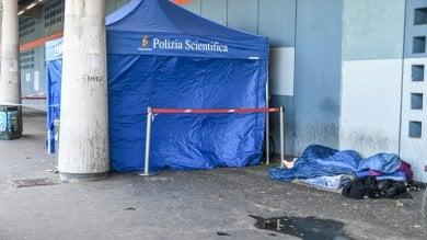 Clochard trovato morto per strada: era su una carrozzina coperto solo da un piumone